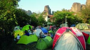 Campieren am Fuße der Meteora-Felsen